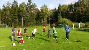 Sarpsborg 08 spillerne viste jentene nye øvelser.